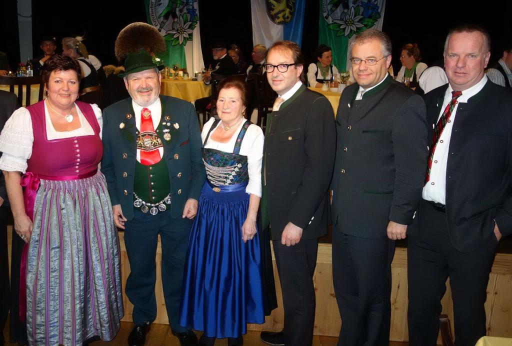 on links: Landrätin Andrea Jochner-Weiß, Max und Annemarie Bertl, Bundesverkehrsminister Alexander Dobrindt, MdL Harald Kühn und Bürgermeister Peter Erhard aus Böbing im Pfaffenwinkel.