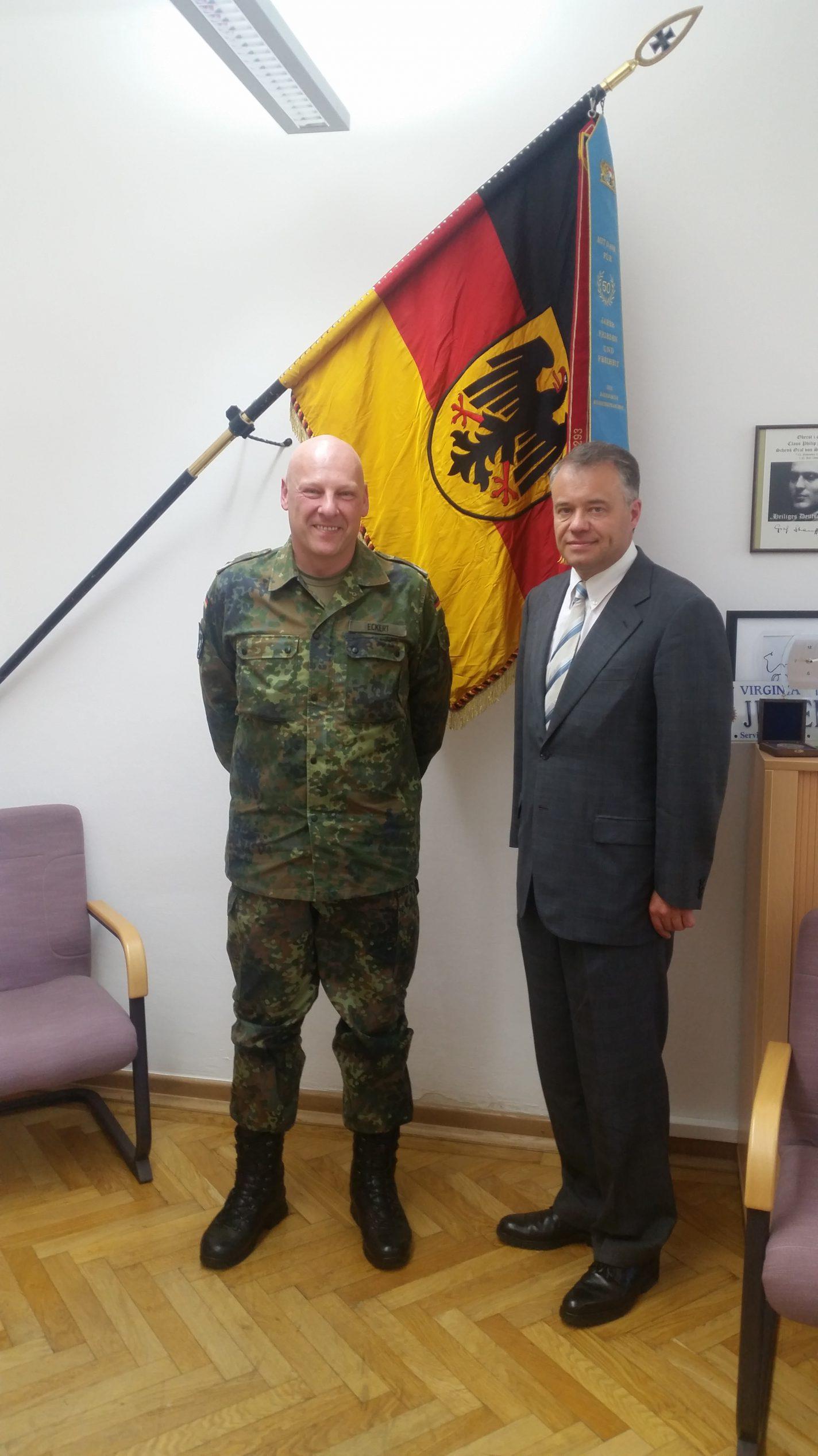 Harald Kühn mit dem dem Kommandeur des Führungsunterstützungsbataillons 293, Herrn Oberstleutnant Jürgen Eckert, bei einem Besuch der Werdenfelser Kaserne in Murnau am 26.September 2016.