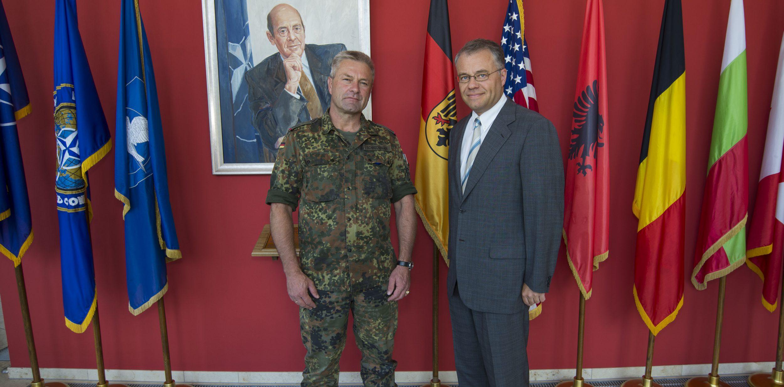 Harald Kühn mit dem Dienstältesten Deutschen Offizier und Stellvertreter des Kommandeurs der NATO School Oberammergau, Herrn Oberst i.G. Joachim Schreckinger, bei seinem Besuch der NATO School Oberammergau am 26. September 2016